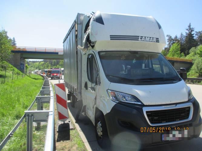 A9: Kleintransporter fährt in Tagesbaustelle