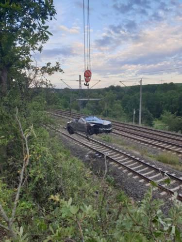 Erfurt: Mercedes-Fahrer verliert Kontrolle und landet auf Bahngleisen