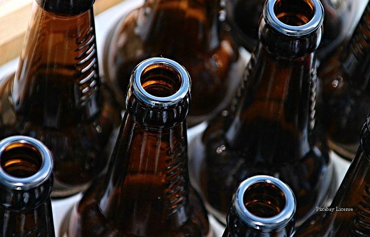Zeulenroda: Mann trinkt im Supermarkt Bier aus und stellt die Flasche zurück