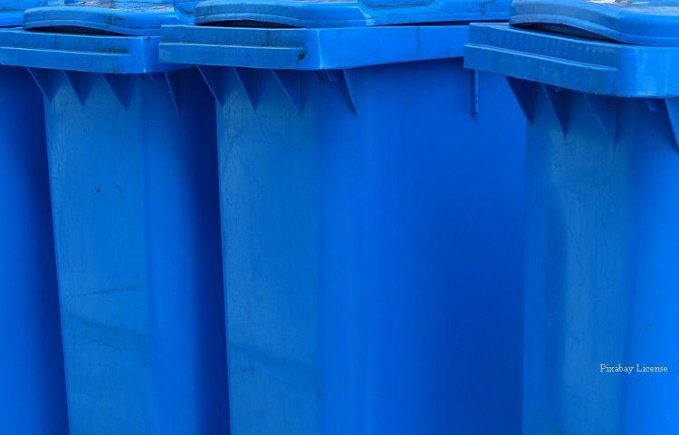 Schwarzmühle: Postzusteller wirft Post in die blaue Tonne