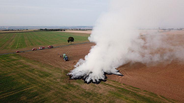 Holzengel/Feldengel: Strohballen brannten auf dem Feld